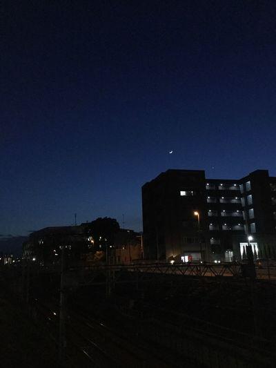 お月様と(多分)金星🌒⭐️ カメラと同伴出勤しなかったのでiPad Air2にて。やっぱりカメラがないといい絵を逃してしまう😭 Ipadair2 Tokyo Street Photography Venus And Moon Cresent Moon Night Architecture Built Structure Building Exterior Illuminated Sky City Star - Space Lighting Equipment Dark Building