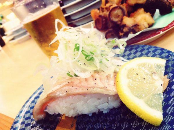 恒例の地元の寿司屋で家族とご飯。何年も変わらずに回転させてる寿司屋ってすごいよなー。活気の良い職人さんの人柄が客を呼ぶのか店内は常に満員。人に惹かれて人が足を運ぶ。こういうの良い店なんだろうなー。
