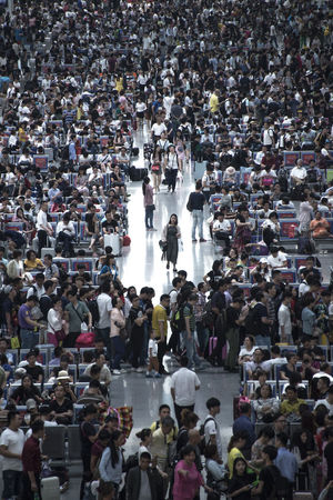 大家都说,人太多了,大家都说,再生一个。 too many China Crowd High Angle View Large Group Of People People Railway Station Waiting Hall Walking