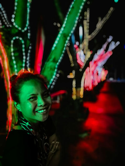 Vertical Travel Photography Scenics Idyllic Red Vs Green Nightphotography Illuminated Lights Bokeh Photography Idylic Colorful HUAWEI Photo Award: After Dark Portrait Young Women Smiling Happiness Looking At Camera Nightlife Arts Culture And Entertainment Headshot Close-up Light Painting Light Trail