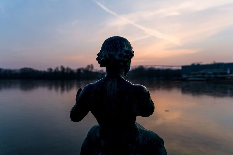 Der einsame Junge Germany Maschsee, Hannover City Sunset EyeEm Selects Water Human Representation Statue Sculpture Sky Outdoors