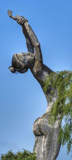 Woman Figure Bodyart Escultura Metalica Art is Everywhere Woman Representation Bodyscape Body Curves  Woman Sculptures Art Woman Sculpture Woman Figure Artistico Escultura Woman Statue Tree Sky