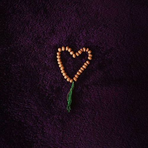 . . مَنِ لامَذهبِ بی دین به تــــــــــو ایمان دارَم ! خِیلی این کُفرِ مَن ایمانِ قشنگی ست گُلم... . . تسبیح_تربت از_این_عکسا رنگ_بنفش_دوست_میداریم عشقولی اووووخی . .