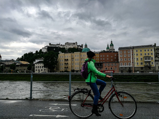 Color blocking on a rainy day in Salzburg Travel Colorblocking Austria