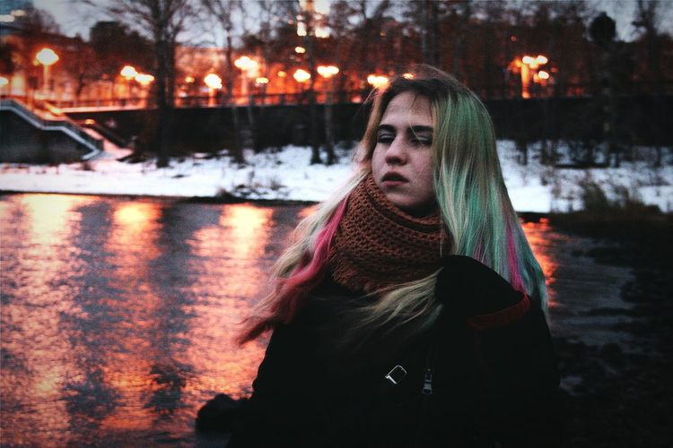 Никакие фото не смогут передать всей моей любви к снегу, огням и воде. Эта сказочная атмосфера живет в моей душе вечно. И только поздней осенью и зимой она вырывается за рамки души, окутывает землю и живет повсюду. Samara Volga River Blue Water Beauty River Outdoors Nature Portrait Bokeh Girl Girlportrait One Girl Eyes Closed  Water Sky Relax вода💧 пейзаж портрет снег фонари огни умиротворение красота сказка