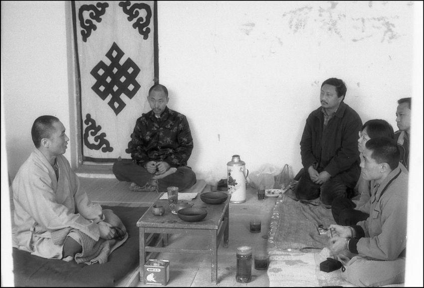 刘峰在辛店村买下一处院子,略加改造,但并未居住。一直都借住给其他艺术家。慈法法师到宋庄来弘法,落脚在刘峰家中。一些艺术家接连几天前来听法。左一是滋法,左二是片山。后片山与新婚不久的艺术家刘桐离婚,出家到云南鸡足山放光寺,拜慈法法师为师。 2002年 10909308 1613 12820764