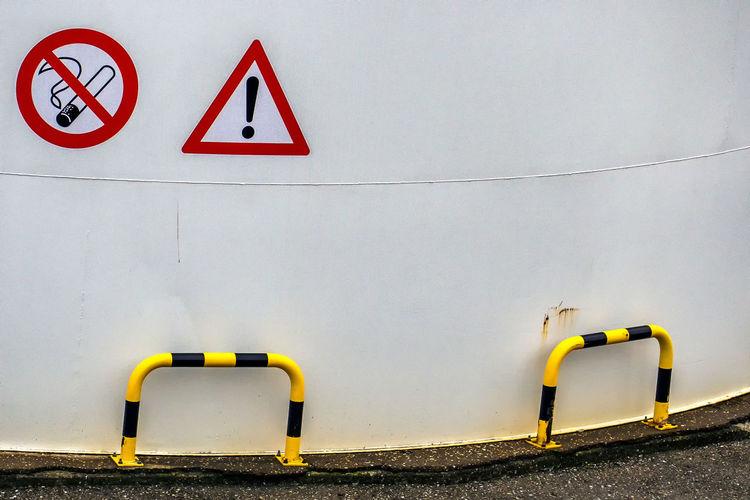 Parkhouse Parkhaus Parking Garage Communication Minimal No People Road Sign Symbol Verkehrsschilder Warning Sign Warnung