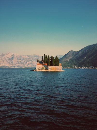 Water Scenics Mountain Waterfront Tranquil Scene Architecture Building Exterior Nature Beauty In Nature Tranquility Built Structure Outdoors Travel Destinations Clear Sky Sea No People History Day Sky