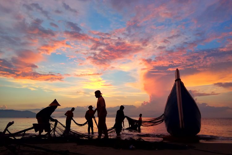 Photography Aceh Culture Aceh INDONESIA Water Sunset Beach Full Length Togetherness Men Fisherman Silhouette Sea Tradition Fishing Tackle Sand Dune Fishing Fishing Industry Fishing Equipment Fishing Rod Commercial Fishing Net Fishing Hook Fishing Net Arid Climate Fishing Boat Fish Market Camel Catch Of Fish Fishing Pole