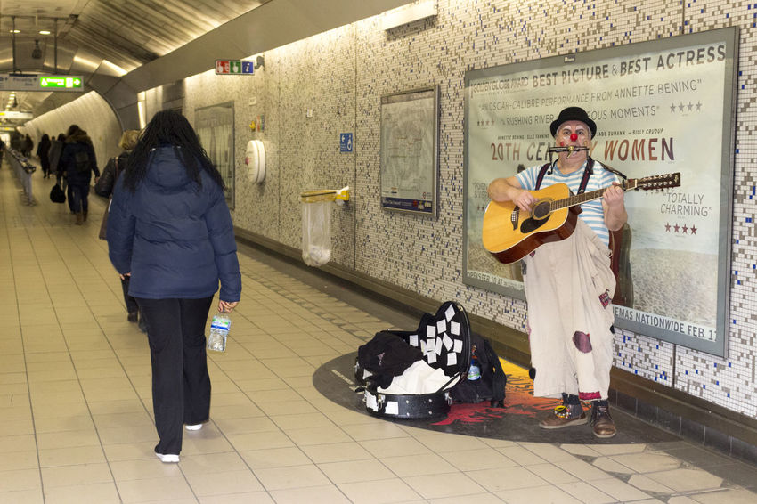 O palhaço que anima o metro // The clown who makes the underground happy - February 2017 // Great Britain Citybycity Clown EyeEm Around The World London Metro Station Music
