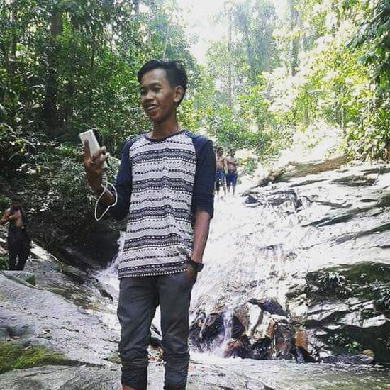 "Pas lagi bikin video dokumenter ttg Rawang Waterfall, dan sedikit perbincangan dgn orang² Myanmar, Nepal, Bangladesh, dan yg paling menyenangkan perbincangan dgn Cewek Thailand. 😃😄 Tapi bukan ""LadyBoy"" Thailand ya 😄😃 Cuticutimalaysia Dekatje Rawangwaterfall Selangor Malaysia"