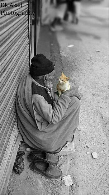 Old Man With Cat Sony Xperiaz2 Oldman Cat♡ Cat Blackandwhite Photography Portrait Animal Love Streetphotography