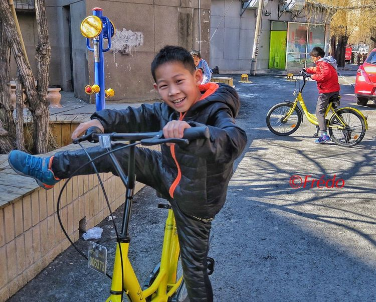 City bikes in Beijing 16753 China In My Eyes Ofo Bicycles City Bike Ride Beijing, China Street Photo Street Photography Photooftheday Eyeemphotography EyeminInChina Streetphotography BEIJING北京CHINA中国BEAUTY Street Photos😄📷🏫⛪🚒🚐🚲⚠ Ofo, Mobike, Blue Gogo Eye4photography Colorful Photo City Bikes City Life Street Life Kids Riding Bikes Kids Playing