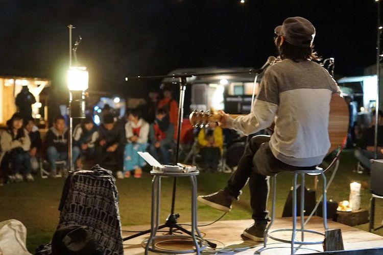 ライブ アコースティック ひろたうた キャンプ ライブ Performance Night Real People Music Full Length Illuminated Musical Instrument People Musician Stage - Performance Space Event Stage