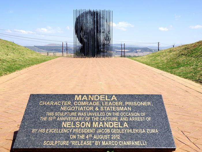 Ein Denkmal zu Ehren Nelson Mandelas welcher hier 1962 in Howick verhaftet wurde Howick Streetphotography Streamzoofamily Nelson Mandela Details Of My Life My Best Travel Photo Politics And Government Road Text Sky Grass Architecture Memorial