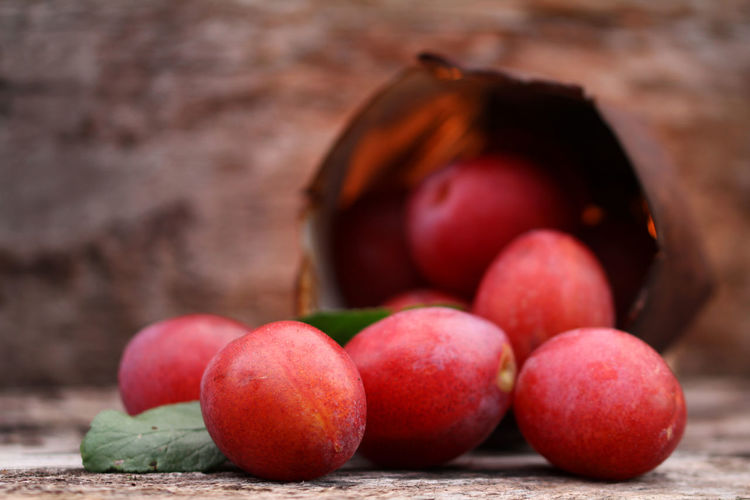 Bioanbau Blechdose Close-up Country Life Country Living Countryside Countryside Life Eggplums Eierpflaume Eierpflaumen Food Food And Drink Freshness Fruit Healthy Eating Pflaumen Plums Red Red Plums Ripe Rostig Rote Eierpflaumen Selective Focus Sweet Fruits Wooden Background