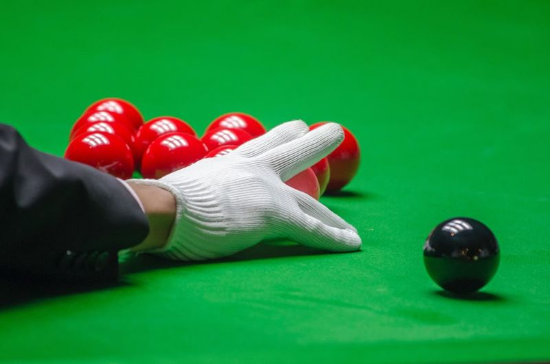 Hands Cuesports Snooker Ball Snooker And Pool Sport Green Color Red Ball Leisure Activity Pool Table Pool Ball Human Body Part Pool - Cue Sport Low Section Body Part Lifestyles Sports Equipment