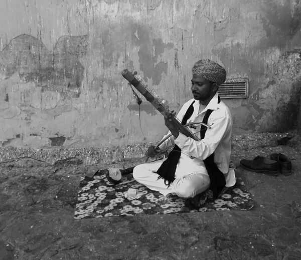 Man playing ravanahatha, rajasthan.