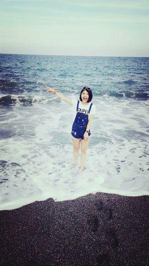 都快忘了海水浪花拍打著是什麼感覺了。🌊🌊🌊 這才是屬於我的夏天!🌞🌞🌞 Barefoot Ilan On The Beach Sea Denim Overall Levis LogoT Taipei Chiaoshan