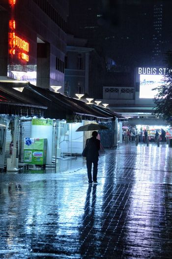 Cold Night Siloutte Photograpgy City Architecture Illuminated Built Structure Wet Rain Night Street City Life Real People Umbrella Men Walking One Person