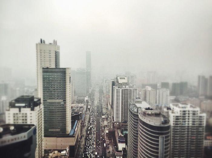 下起了雨,你感到冷吗,看到窗前迷人的黑色吗?