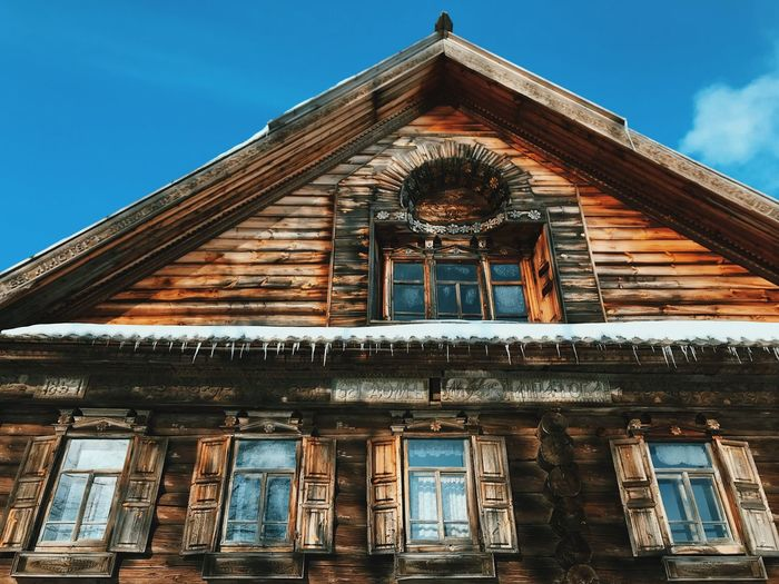 Old wooden house in Russia. Icicles. Carved Carved Wood Old House Old Wood House Wood House Wood - Material Icicles Architecture Building Exterior Built Structure Low Angle View Roof Day No People Window Sky Outdoors The Architect - 2018 EyeEm Awards