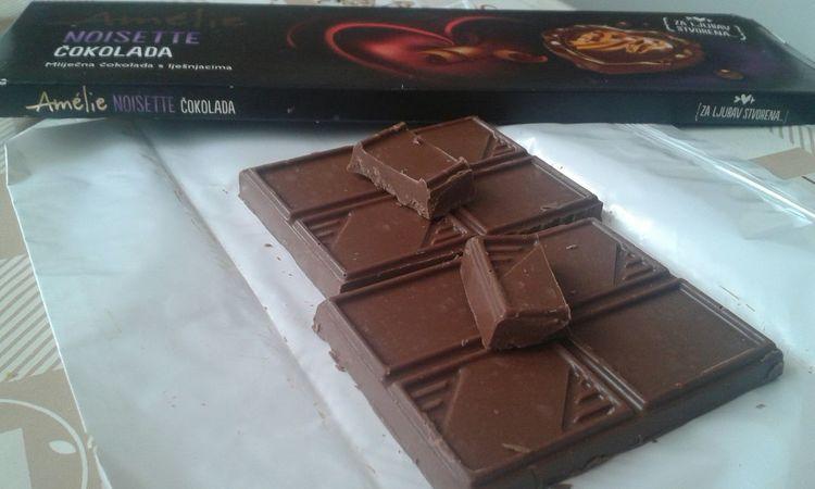 Ovako mi rasporedjujemo cokoladu doma.Nisam stigla uslikati dok je jos bila cijela , nestaje brzinom svjetlosti!!!!