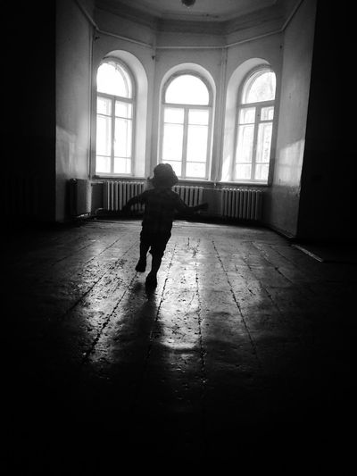 Running child ребенок бегущий EyeEmNewHere Silhouette Kid Running Real People Full Length One Person Architecture Lifestyles Arch Built Structure