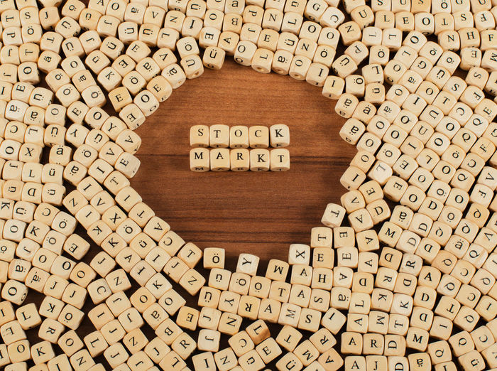 Stock Markt Buchstaben Würfel auf einem Holzbrett Beruf Bilder Buchstaben Business Büro Concept Etikett Flat Lay Fotografie Holzbrett Kommunikation Stock Markt Stockmarkt Verkauf Wort Würfel