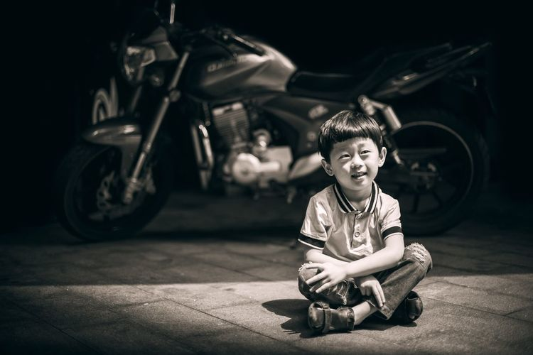 WeChat:13647636140 Childhood Sitting Full Length Boys One Person Crouching Child Real People Children Only One Boy Only Outdoors Night People