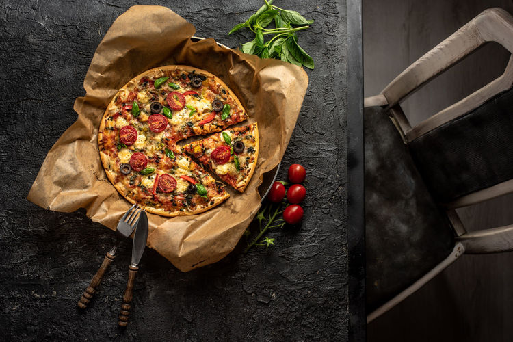 pizza für Frühstück :-) Foodphotography Darkfoodphotography Pizza Frühstück Breakfast Cheese Basil Snack Food Rustic The Foodie - 2019 EyeEm Awards Studio Shot Homemade Textile Wood - Material High Angle View Food And Drink Close-up Italian Food Parmesan Cheese Mozzarella Pizzeria