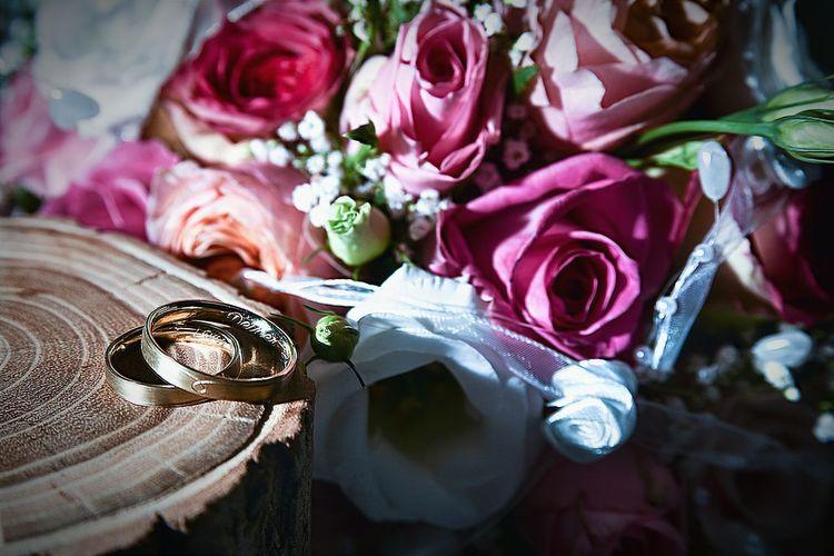 Hochzeitsfotografie Rings Outdoor Photography Brautpaar Marryme Vero Photography Marriage  Hochzeitsringe Brautstrauss Wedding Around The World Wedding