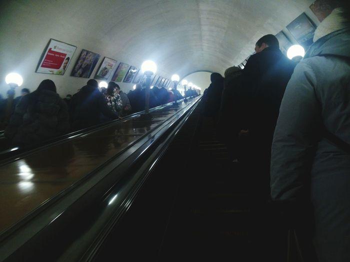 метро, всегда народу тут полно :-)