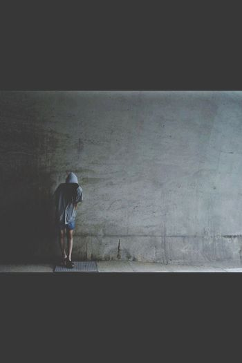 Grey girl Berlin Streetart konzentrate for power Swag