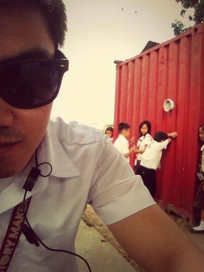 they're playing hide and seek and nagtatago sila sa gilid ng taya. :)) haha. cute.