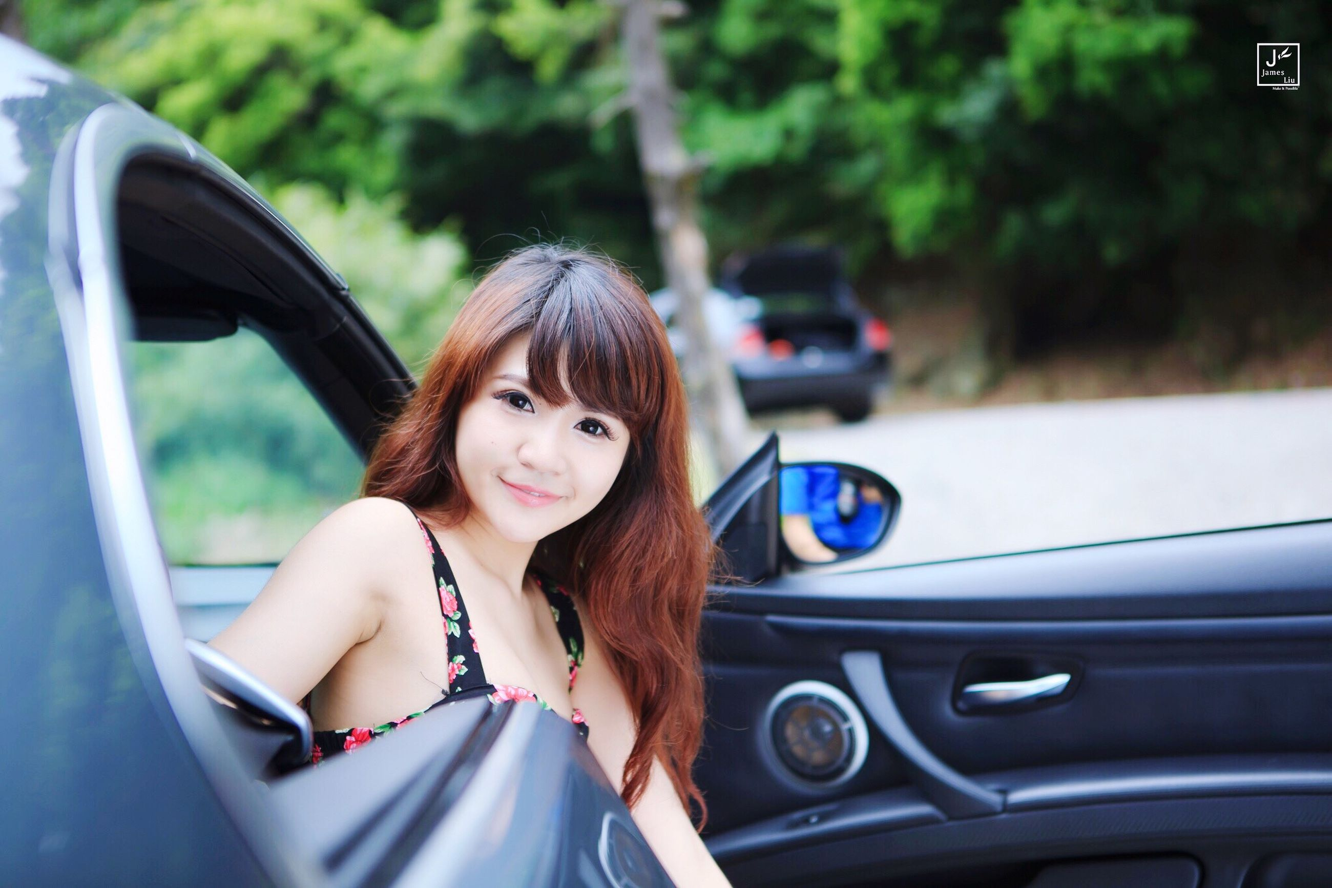young adult, person, car, looking at camera, transportation, portrait, lifestyles, young women, leisure activity, mode of transport, smiling, land vehicle, front view, sunglasses, focus on foreground, happiness, casual clothing, headshot