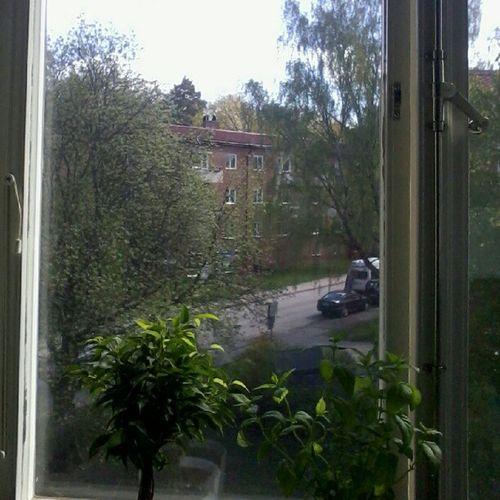 Der står to mand på taget på bygningen overfor. Uden sikkerhedsudstyr. SeemsSafe NotSoMuch