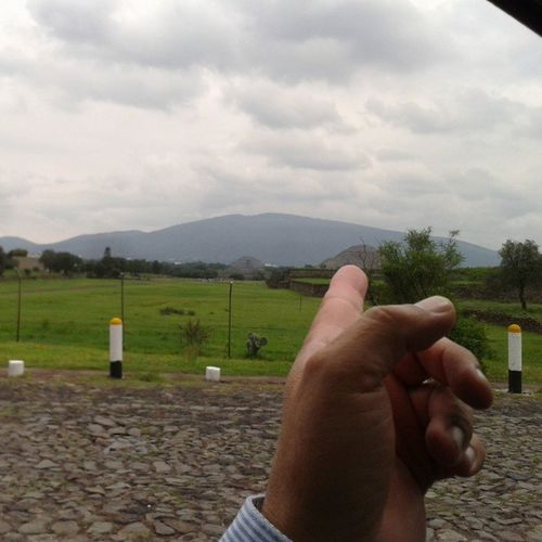 Y la mano señala la Pirámide de la Luna Tenochtitlan Mexico Historia Beautiful turismo nublado cute cool instacool amazing awesome instacute bw mypicture instapic sky instaky