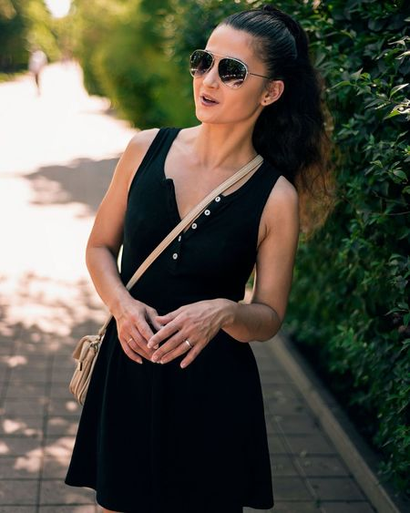 Sunglasses Waist Up Adult Fashion One Woman Only Adults Only People One Person Portrait Elégance Only Women Standing Outdoors Glamour Human Body Part Beautiful People Looking At Camera Beauty Beautiful Woman Women