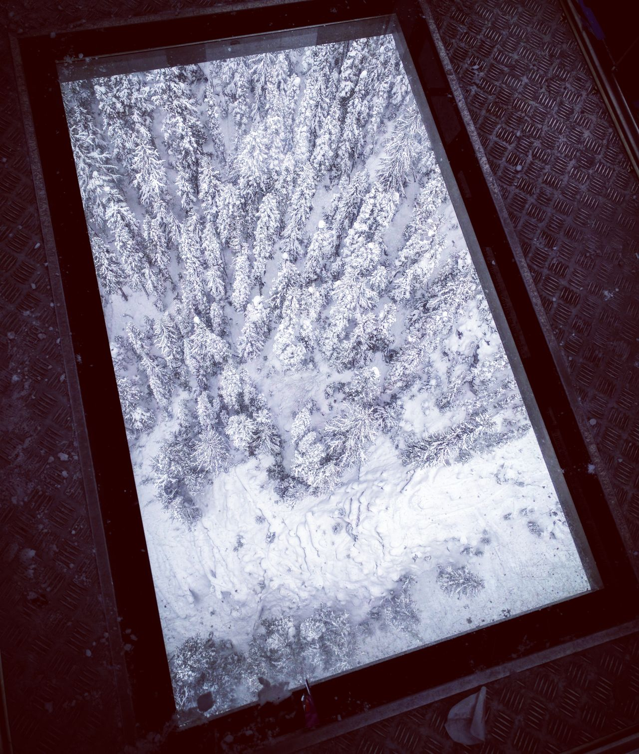 CLOSE-UP OF SNOW IN WINDOW