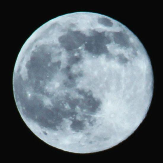 Moon Luna Granada España SPAIN Junio Juno2015 Noche Night Digitalcamera No todas las noches vienen planificadas con planes en los que todo se vea perfecto, y esa noche fue una de ellas. La noche más perfecta compartiendo una pasión con @roygara, la fotografía y las cosas bonitas de la vida. Te quiero mi niña. :)