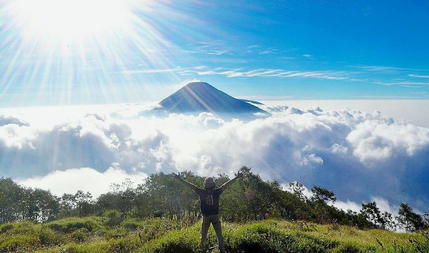 Take me back Sunlight Cloud - Sky Sky Outdoors Beauty In Nature INDONESIA Sumbingmountain Mountain View Way2ill Vscocam Folkmagazine Folkindonesia Travel Destinations Landscape Mountain Outdoor Photography Outdoor Pictures