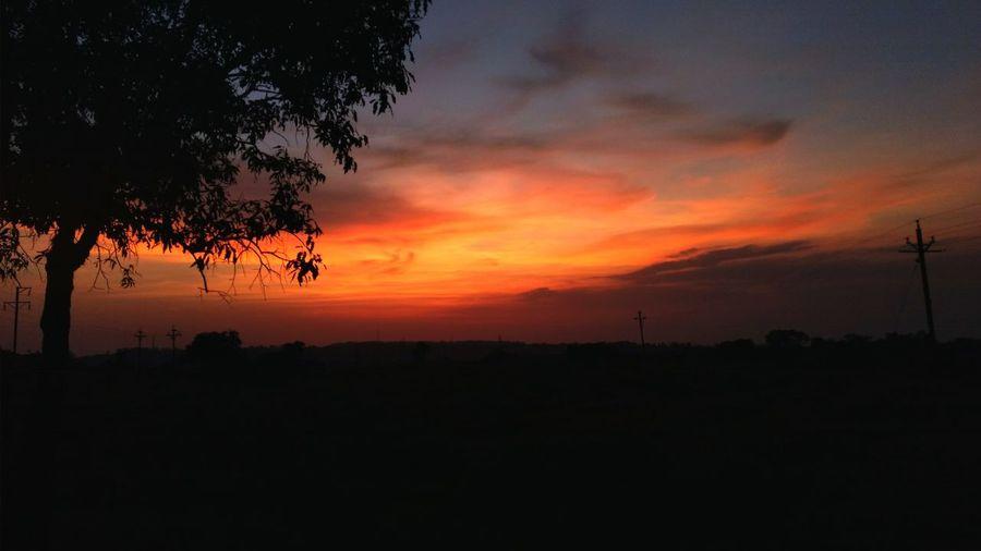 Just like a painting.✨ Dusk Sky Duskview Duskporn ScenesFromTheStreet Scenery Nature Photography Just Like A Painting After Sunset Sky Sunsetporn Skylight Serenity Serene Sunset EyeEmNewHere EyeEm Ready