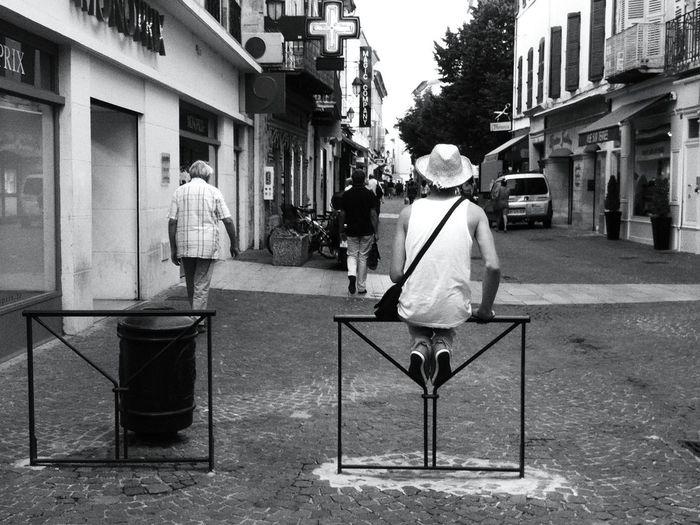 perché ... Chapeau Waiting Streetphoto_bw