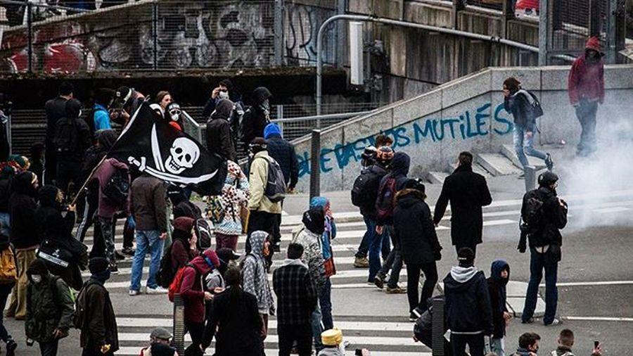 Quand les ados jouent aux pirates Pirates Riots Loidutravail Kidsactingup Thuglife Nantes Igersnantes Igersfrance Reportagespotlight Topnantesphoto Nantesmacity Urbanromantix