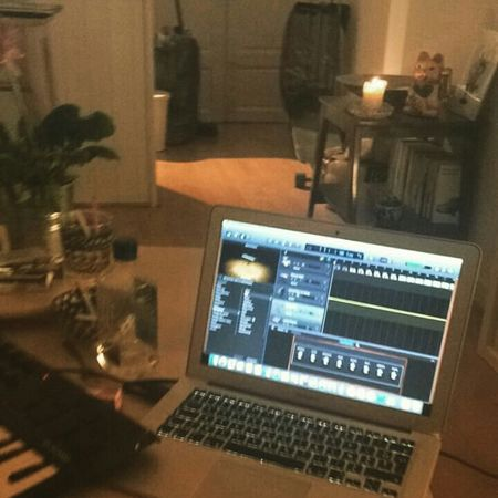 Apple Mac Music Girl