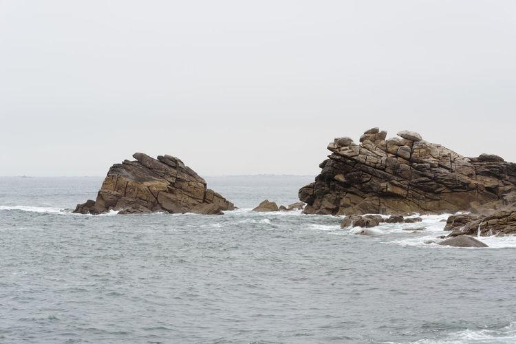 Felsen im Meer an der Küste der Bretagne in Frankreich Sea Water Beauty In Nature Sky Horizon Over Water Nature No People Day Outdoors Felsen Ocean Bretagne Bretagnetourisme Küste Finistere Aber Wrac'h Schifffahrt Küstenschutz Frankreich Küstenlandschaft Meerlandschaft Meer Nebel Wellen Und Meer Herbst