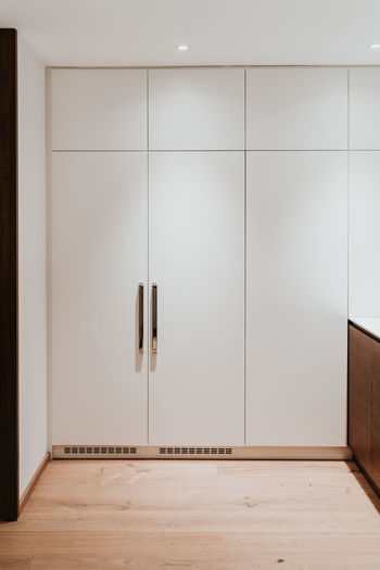 Indoors  Flooring Home Interior Domestic Room Wall - Building Feature Hardwood Floor Entrance No People Wood Door White Color Absence Modern Empty Wood - Material Furniture Copy Space Architecture Apartment Home Luxury Blank
