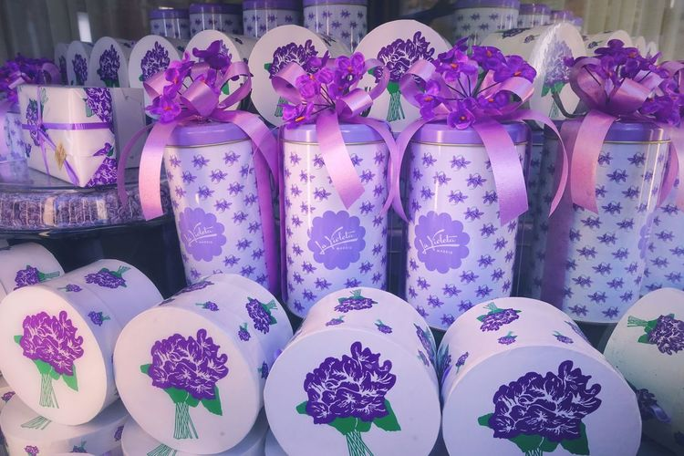Gift Box For Sale Choice Retail  No People Large Group Of Objects Retail Display La Violeta Candy Madrid SPAIN Gift Special Lavander Valentine's Day  Valentine's Day - Holiday Easter Easter Egg Easter Eggs Sparing Gift Box Tasty Violet Flowers Violet Violet Color Lavender Colored Lavender Various Candy Store Window Display