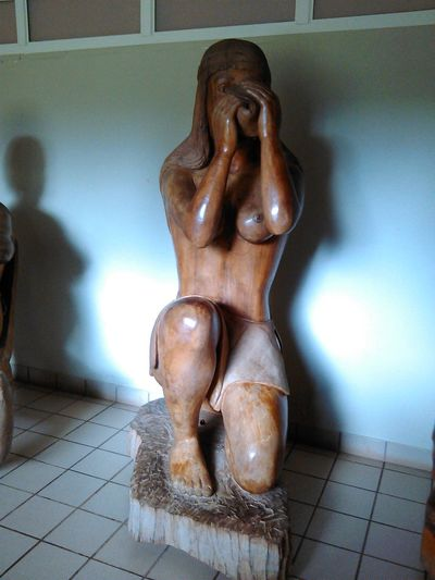 escultura de madera de una mujer taina Borikén Culture Taino Puertoricotourism